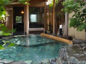 貸切風呂【山の辺の湯】内湯と露天風呂の2つのお風呂を愉しめる。※要予約1000円(税別)/1組40分
