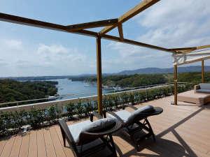 ゲストラウンジリアス海岸を眺めながらゆっくりお寛ぎください。