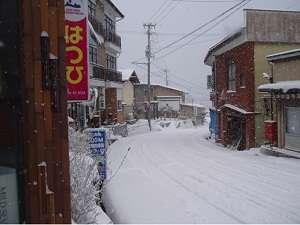 上がってくる道です。雪道は超危険です。お気をつけて!