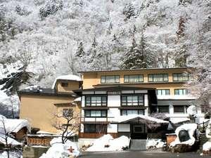 白一色の山々に囲まれる冬の当館。