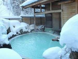周りを真っ白な雪に囲まれる冬の野天風呂。