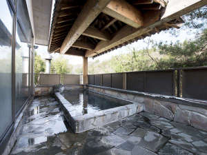 *眼下に流れる片品川のせせらぎを聞き、周囲を囲う山々を眺めながらご入浴頂けます。