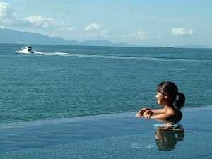 TVや雑誌などのメディアでも多数掲載!当館自慢の海と一体化したような露天風呂「インフィニティ風呂」