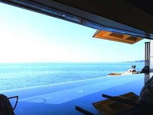 2010年オープンの天海の湯の内湯からの景色。海に溶け込むデザインが特徴です。