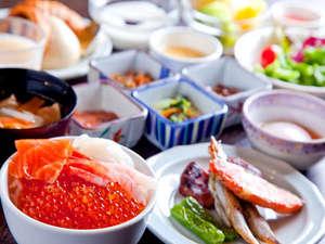 【朝食】人気の海鮮丼や炙焼きの他、洋食・デザート合わせて約60種類のメニューを取りそろえた人気の朝食
