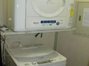 長期宿泊者に嬉しい無料のランドリー室 洗剤はフロントで50円で販売