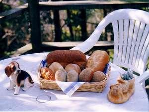朝の焼きたてパンはフカフカでうーん、うまい!
