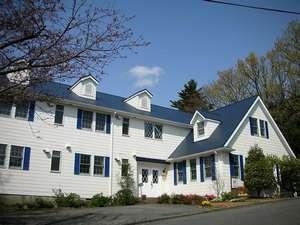 ◎高台の別荘地に佇む紺と白のアメリカンハウス