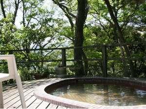 かけ流しの温泉露天風呂は、森林に囲まれて!
