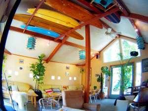 こちらのカフェスペースでもお酒や朝食が楽しめます