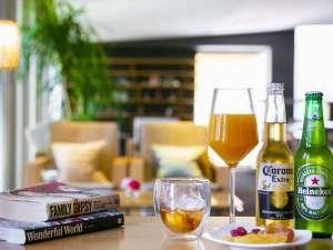 お酒や軽食、読書を愉しめる/バーラウンジ