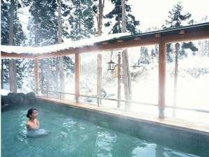 【露天風呂・冬】しんしんと降る雪の中で温泉に身をゆだねる贅沢。湯上り後も芯からぽかぽか
