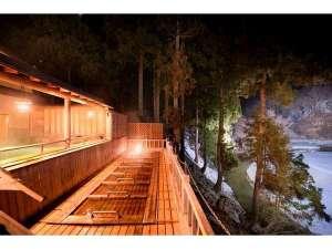 【露天寝湯】露天風呂の隣、一段下にある寝湯。夜はライトアップされた景色と星空を