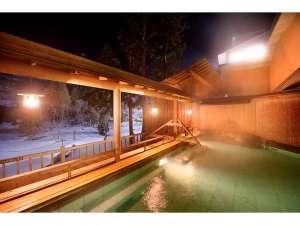 露天風呂・冬】しんしんと降る雪の中で温泉に身をゆだねる贅沢。湯上り後も芯からぽかぽか