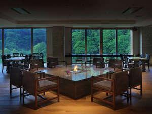 レストラン「宇津莅慧(うつりえ)」銀山川の景色をお楽しみいただけます。