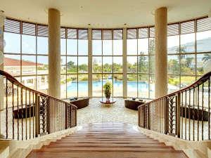宮殿のような階段を降りると、開放感溢れる空間のビレッジスクエア。中庭へ抜けれます