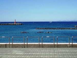 ホテルの目の前が松崎海岸。遊歩道が整備されており海を眺めながらの散歩は快適です。
