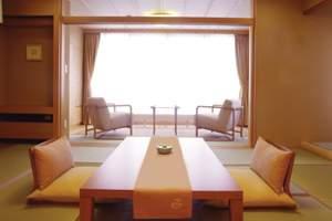 やわらかな光あふれる雲松庵客室(和室12.5畳+広縁6畳)