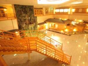 ※泉の広場。大滝と和食処などの各種施設がございます。
