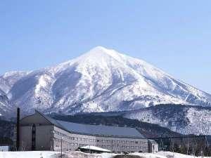 【冬の外観】南東北最大級のゲレンデ「星野リゾート アルツ磐梯」まで徒歩0分のロケーション。
