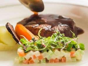 カジュアルダイニングレストラン「RIVERE」。食材にこだわったシェフ特製料理を堪能ください。