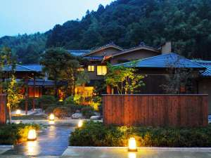【外観】大型旅館が建ち並ぶ玉造温泉にあって名家のお屋敷のような平屋造りがひときわ目を引きます