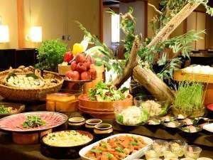 夕食は和食出身の調理長が丹精込めて作り上げる創作ビュッフェ(バイキング形式)で。