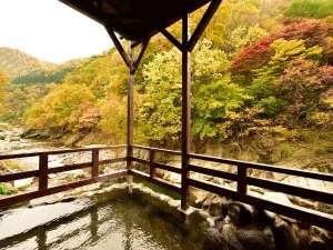 渓流沿いに佇む「男子露天風呂」。秋には燃えるような紅葉をご覧頂けます!