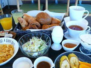 無料朝食バイキング例(6:30~9:00)サラダ、ゆで卵、シリアル、フルーツもございます!
