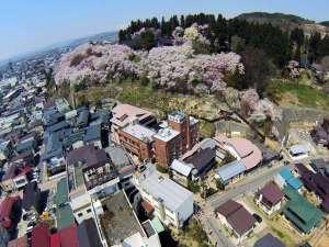 【全景】日本の桜百選に選ばれる烏帽子山。千本桜を館内の様々な所から楽しむことができます♪♪