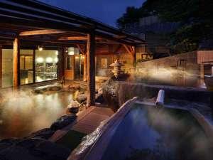 【西湯・露天風呂】烏帽子山の冬木立を眺めつつ、青森ひば風呂や大岩くり抜き風呂など種類豊富な湯船巡りを