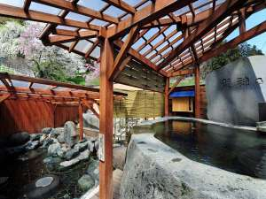 【東湯】桜の烏帽子山を望む露天風呂
