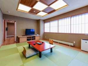 和洋室『藤』はバリアフリー対応の広々客室!!ツインのベットルームやミニキッチンも完備♪♪