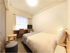【シングルルーム】 広さ17.5平米 ベッド幅152cm広々ダブルワイドベッド・テンピュール枕完備。