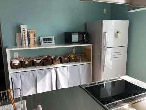 冷蔵庫、電子レンジ、食器も完備