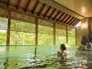 【本館露天風呂】新緑・紅葉・冬と様々な景色の移ろいをお楽しみいただけます。