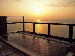 海に没む夕日を見ながら・・・・一面の茜色に感激!