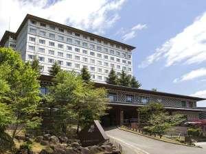 【外観】緑のなかで心から癒される時を。大自然と一体化したリゾートホテルです。