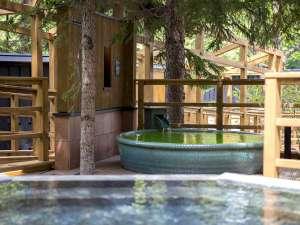 【森の散歩湯WOOD SPA】緑の香りも愉しめる木陰の露天風呂。