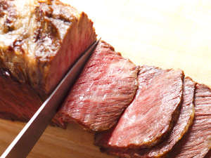 【夕食ブッフェ】脂のさしが絶妙な道産牛のローストビーフは当館の人気メニュー。