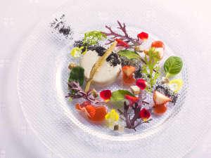 【ZEN・春】歓迎の一皿は、十勝産牛蒡のパンナコッタにイチゴの香りを添えて春の雪解けをイメージ。