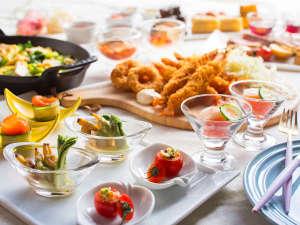 【夕食ブッフェ・春】地元野菜を豊富に使った冷製メニューや実演調理、スイーツも多彩です。
