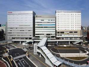 目の前のJR千葉駅西口ロータリーから、羽田・成田空港リムジンバスが発着します。