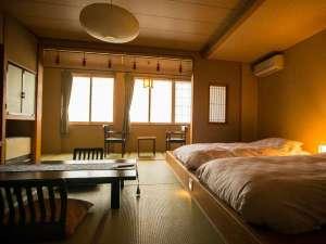【満天星の間】日本の伝統的な佇まいを残しつつもモダンな設えの和室12.5畳に広縁がついたお部屋です。