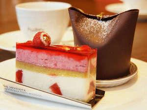 ケーキセット ホテルメイドのケーキをコーヒー、紅茶などのドリンクと一緒にお楽しみ下さい。