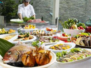 夏休み限定の和洋ディナーバイキング。鯛の宝楽焼や海鮮お造り、淡路牛などが食べ放題でファミリーに大人気