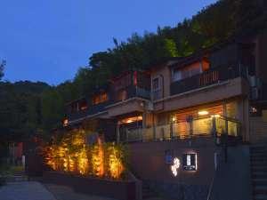 ライトアップされた外観裏山には竹林を望む