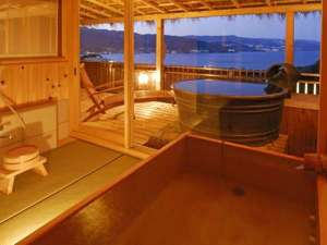 上層階角部屋(月光の間)は和洋室の広々客室で露天&天望内湯付き