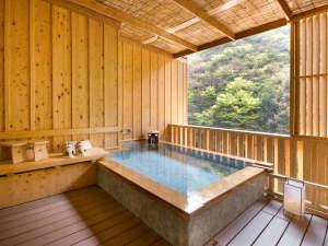 貸切露天温泉「檜風呂」でございます。