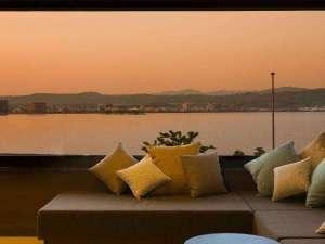客室にあるゆったりとしたソファーからは、美しい宍道湖の眺望がご覧いただけます